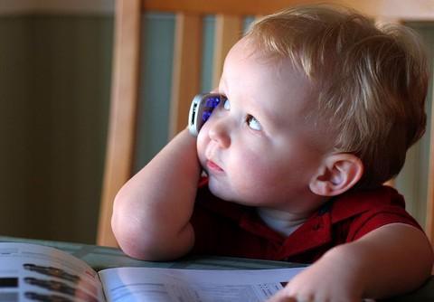 criança falando no celular