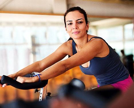 mulher bicicleta ergométrica
