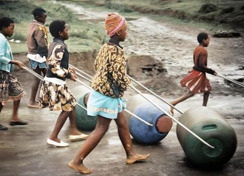 O Hippo Water Roller trata-se de um recipiente que comporta até 91 litros de água e é conectado a uma haste para e que rola facilmente, ajudando a transportar água em localidades carentes.