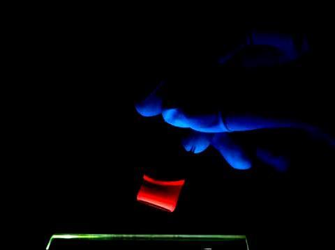 As nanopartículas brilham quando submetidas à luz negra