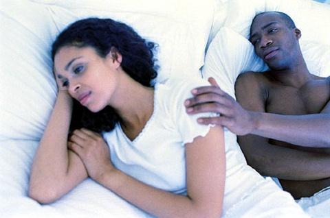 mulher infeliz na cama