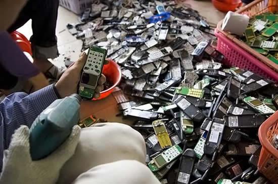 Lixo_eletronico_china_celulares