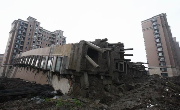 predio caído em Xangai - ¿Como este edificio se cayó y quedó entero?