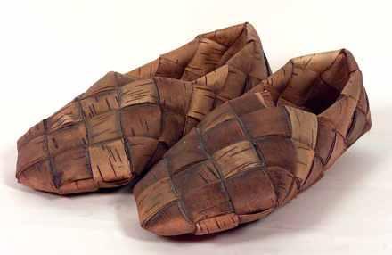 11a81fa87 No meio do século XX, as mulheres finlandesas usavam esses sapatos feitos  com casca de árvore diariamente, com tecidos enrolados nos pés que serviam  como ...