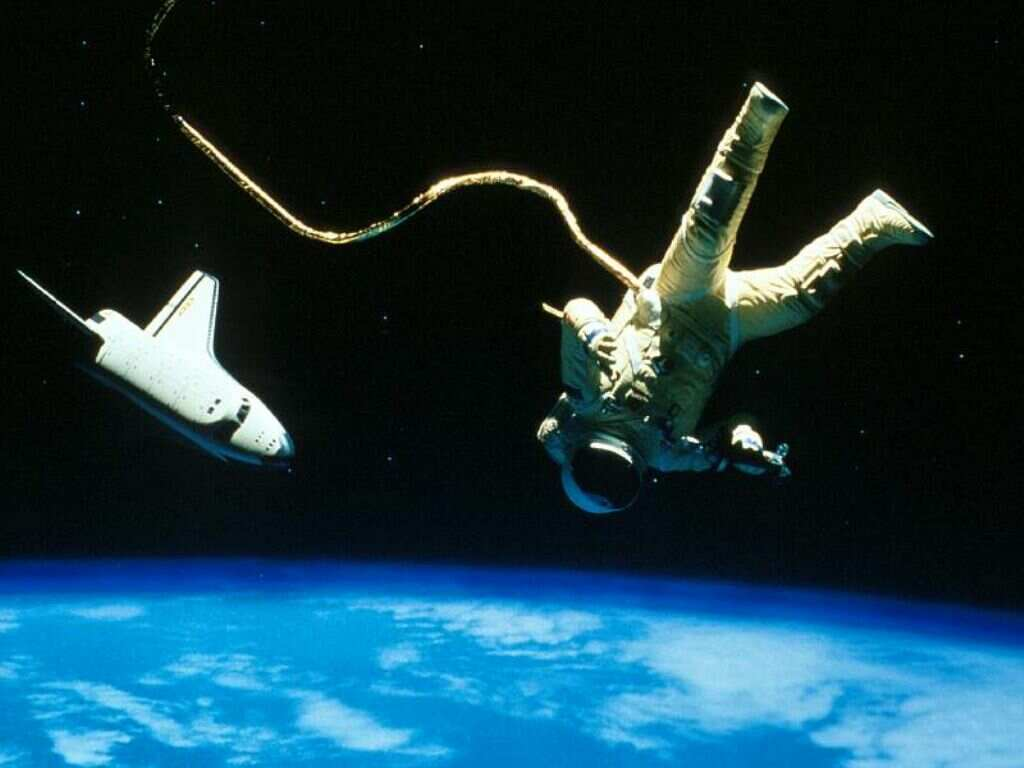Astronauta Flotando En El Espacio Exterior: Astronautas Perdem As Unhas Das Mãos Mais Facilmente