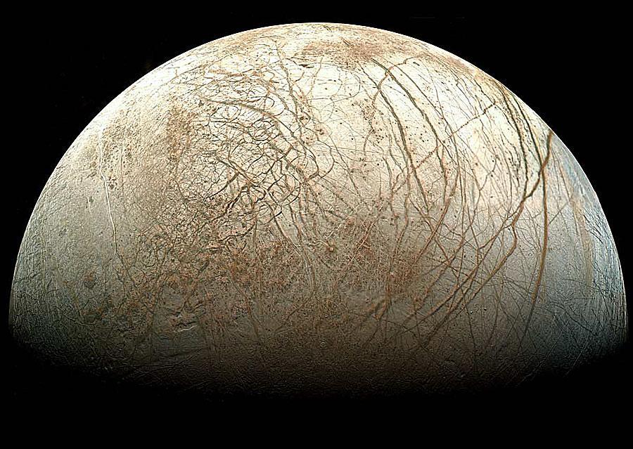europaa Спутник Юпитера полон бьющих водой фонтанов