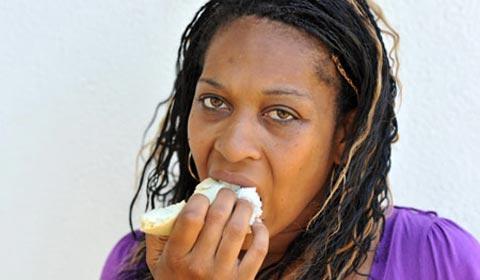 dieta bizarra mulher come estofamento do sofá