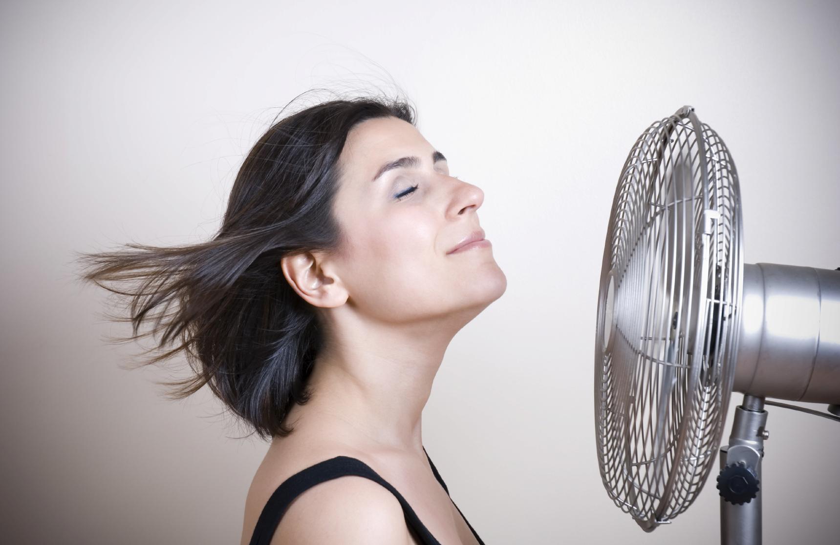 """Eldely With No Fan : """"calorões causados pela menopausa podem durar mais de anos"""