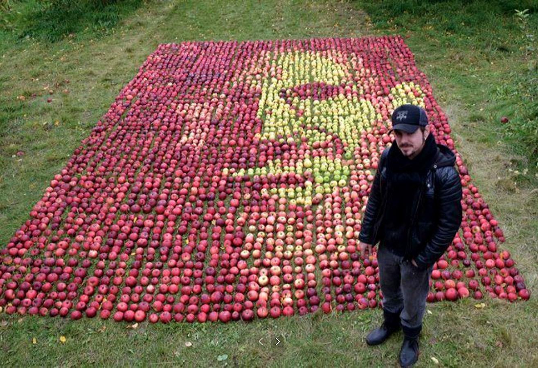 Портрет Стива Джобса из 3500 яблок