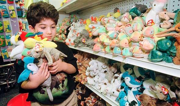 crianca na loja de brinquedos