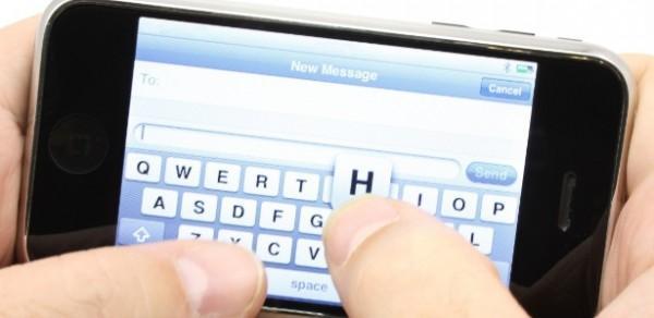 homemmao-digitando-em-um-smartphone-sms-mensagem-de-texto-1324498189340_615x300