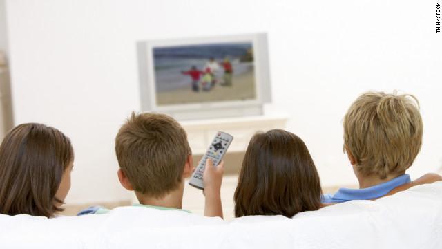 Resultado de imagem para crianca assistindo tv