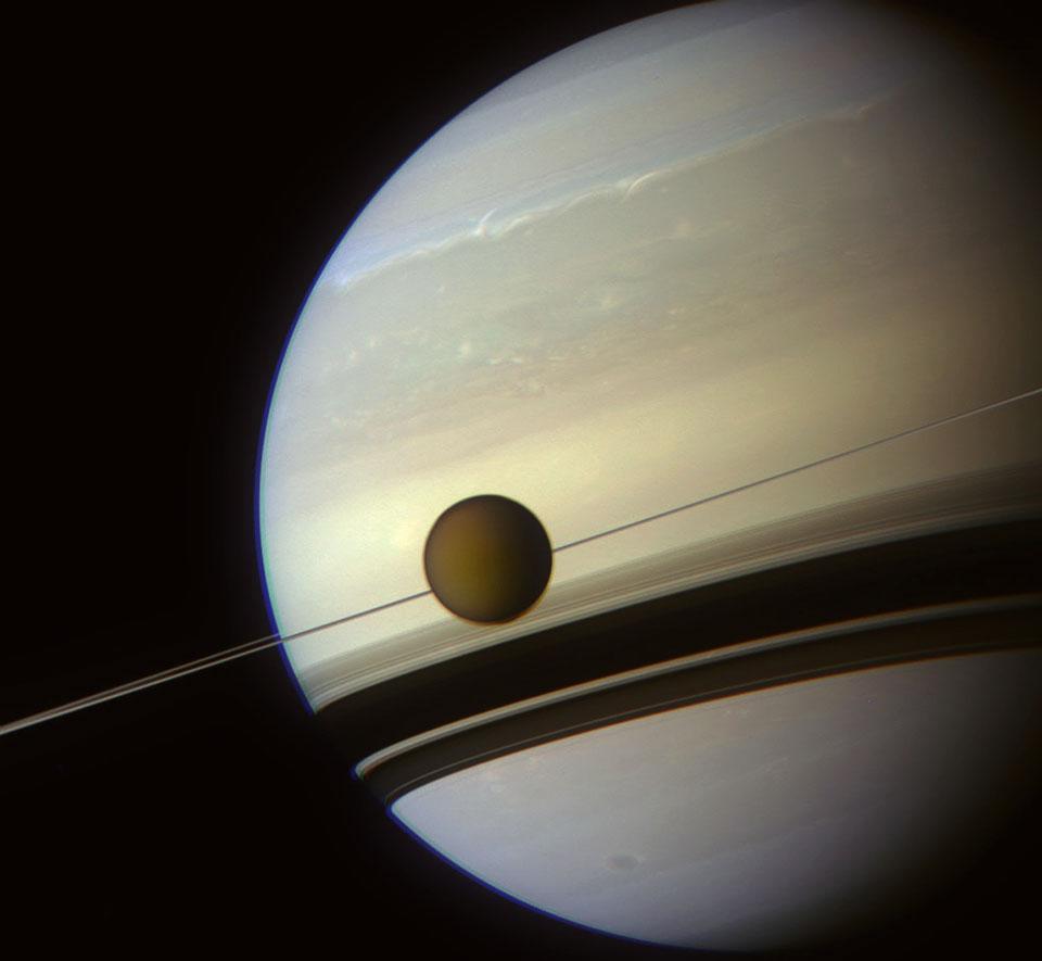 Resultado de imagem para Saturno e Lua Titan