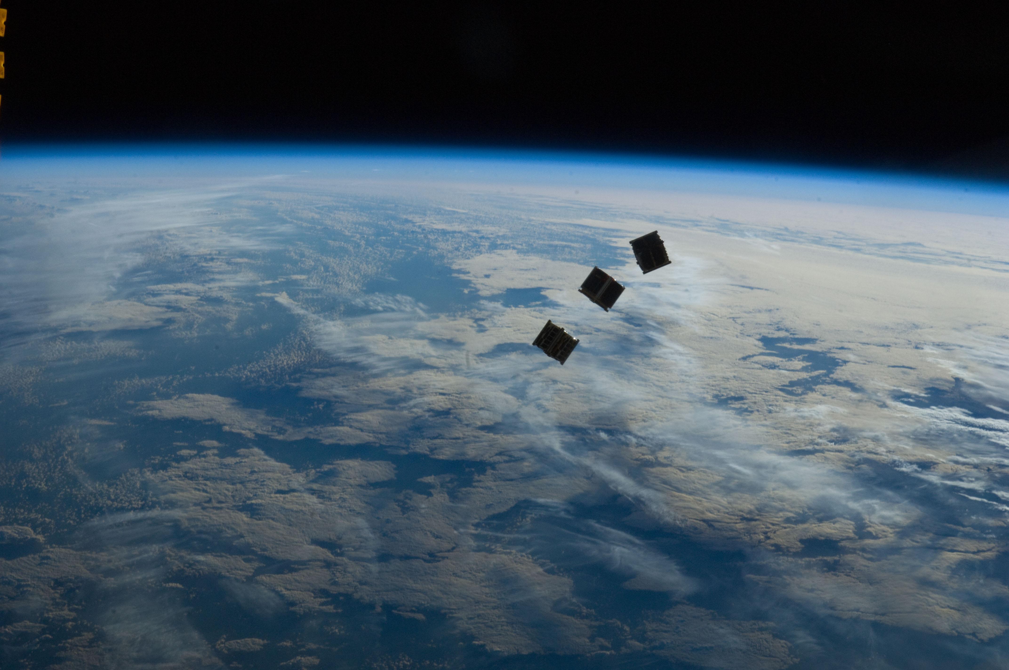 """NASA lança """"mini satélites"""" a partir de estação espacial"""
