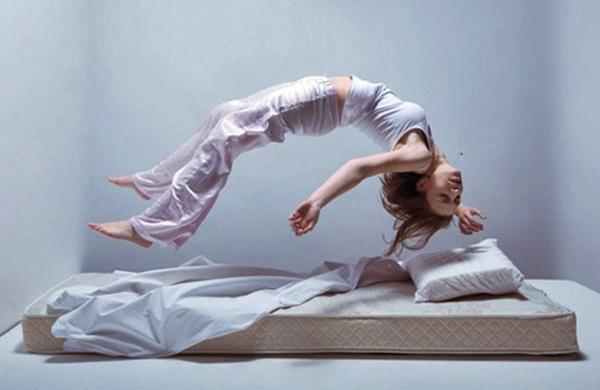 Por que às vezes seu corpo tem um espasmo violento quando está quase pegando no sono?