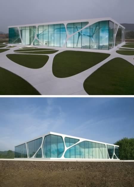 Localizada na Alemanha, a Leonardo Glass Cube foi construída em 2007 e é usada para encontros informais e eventos de empresas