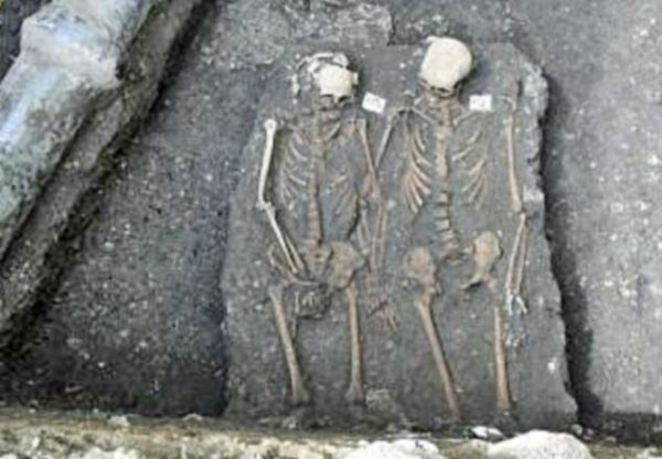 ROMEO AND JULIET - Couple Buried Holding hands