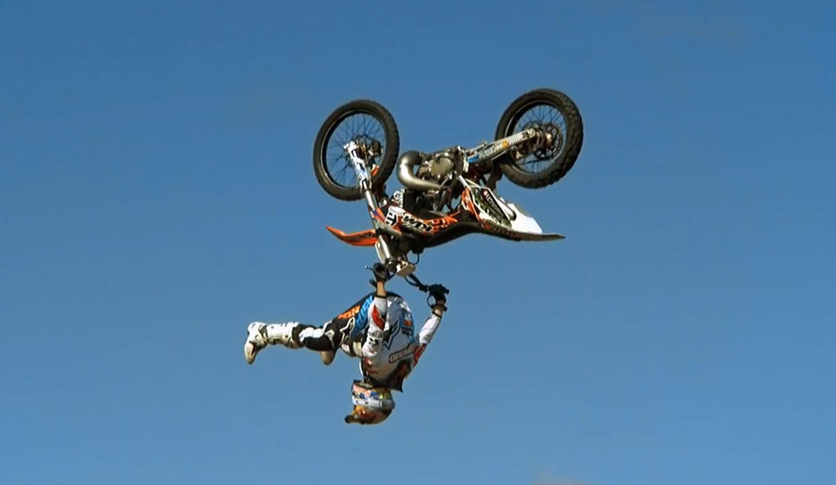Assista um inacreditável mortal de motocicleta em câmera super lenta