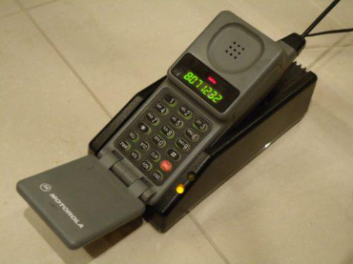 """O Motorola PT-550, também conhecido como """"Tijorola"""", foi o primeiro celular comercializado no Brasil. Custava cerca de U$ 3 mil lá fora."""