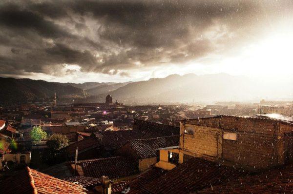 """""""A vista do nosso quarto de hotel no bairro de San Blas em Cusco. Esta área da cidade negligenciou o resto e nos deu uma vista de tirar o fôlego conforme o sol e a chuva misturaram uma noite"""" - Blake Burton"""
