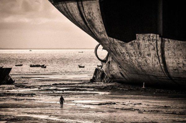 """""""Destruindo um super petroleiro em um orçamento apertado. Uma tocha de gás, uma linha de reboque e força de trabalho humana. Sitakunda, Chittagong, Bangladesh"""" - Lee Chong Kuang"""