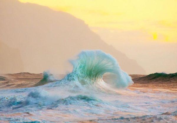 """""""Kauai é um lugar selvagem e mágico. Ele invoca uma sensação de liberdade, apreço e amor. Nesta praia em particular as ondas rebatem e batem em rochas de lava e falésias criando formas interessantes"""" - Lace Andersen"""