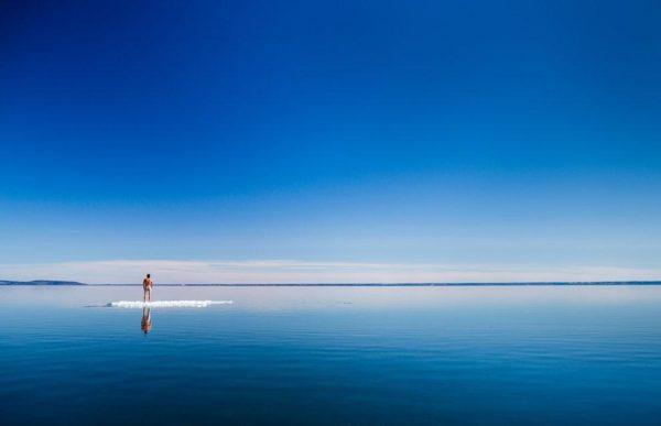 """""""A primavera chega na Suécia e o gelo, finalmente, começa a derreter no Lago Vättern. O que começou como a primeira viagem para praticar stand-up paddle deste ano com o meu melhor amigo acabou como uma sessão de fotos estranhas, em Hjo, Suécia"""" - Jesper Anhede"""