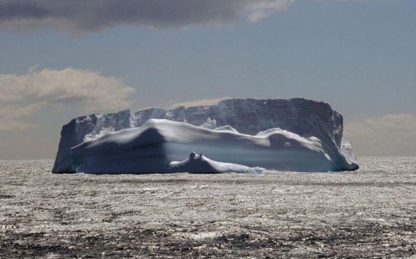 """""""Este iceberg tabular flutua majestosamente no Oceano Austral a poucos quilômetros de South Georgia Island. Anteriormente uma estação baleeira, a ilha é agora um centro de pesquisa na Antártida. Era o destino final da desesperada viagem de resgate de Ernest Shackleton em 1916"""" - Sue Volek"""