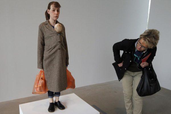 Mulher com sacolas de compras, 2013
