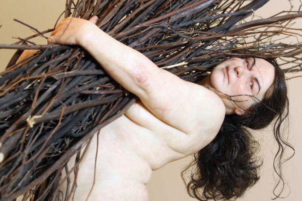 Mulher com varas, 2008