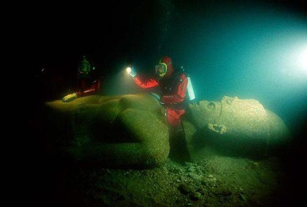 Mergulhadores inspecionaram uma estátua de um faraó de 5 metros de altura. Feita de granito vermelho, foi encontrada perto do templo em Thonis-Heracleion