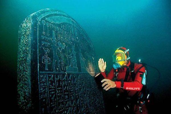 Esta estela foi ordenada pelo faraó Nectanebo I, que viveu entre 378 e 362 aC. É quase idêntica à estela de Náucratis, que fica no Museu Egípcio do Cairo