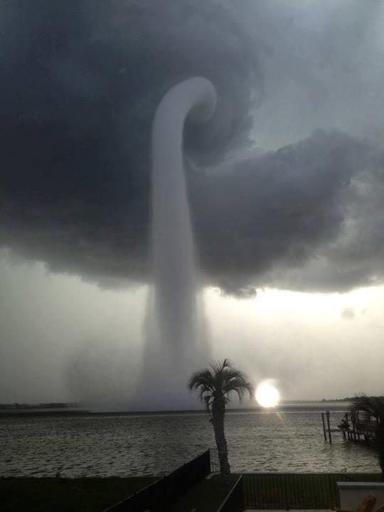 Impressionante tromba d'água em Tampa, Flórida, EUA