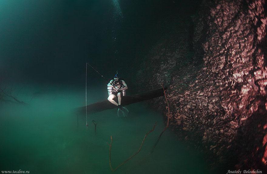 Cenote Angelita, um rio salgado correndo no fundo de um poço de água doce