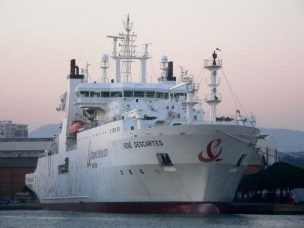 Um dos navios usados para instalar esses cabos