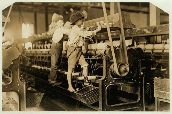 Garotos trabalhando em fábrica localizada em Macon, na Geórgia (EUA)