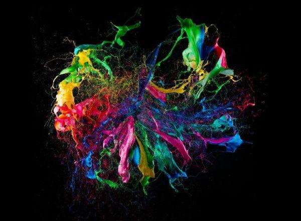 Balões cheios de tinta no momento da explosão