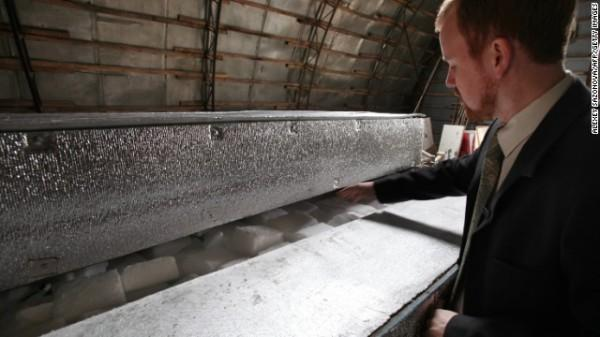 131002101649-life-extension-cryonics-chamber-horizontal-gallery