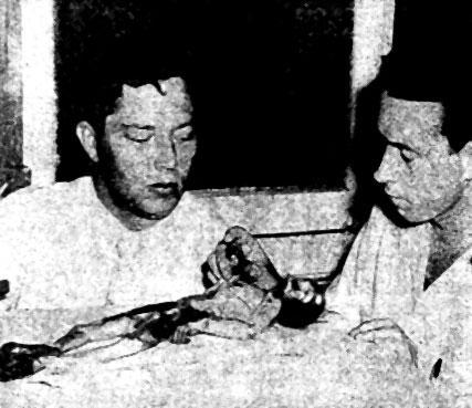 Dr. Mickle (direita) e Ed Watters (esqueda)