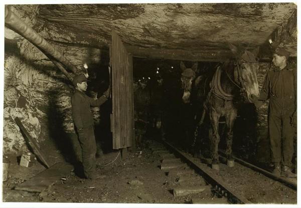 Willie Bryden, 13 anos, segura porta de mina de carvão. O local era tão úmido que a criança disse que se medicava o tempo todo para não tossir