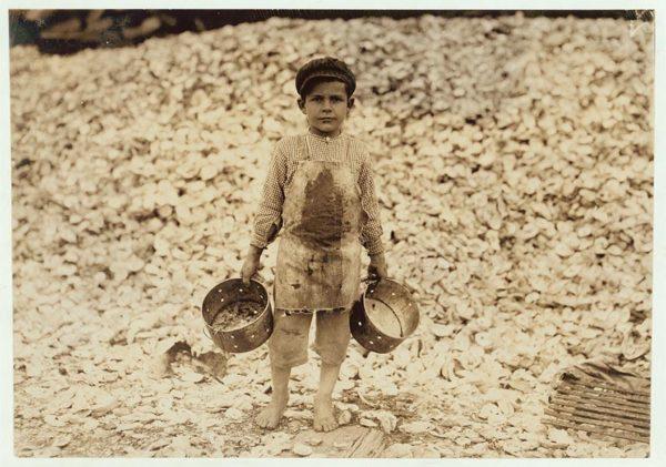 (Manuel, de apenas cinco anos, trabalhava catando ostras. Não entendia uma palavra em inglês