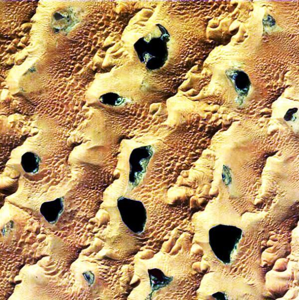 Macro: lagos cercados por dunas íngremes no deserto de Gobi, na China (processamento de imagem adicional de Stephen Young)