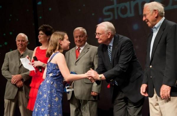 Kathryn Aurora Gray em encontro com Neil Armstrong