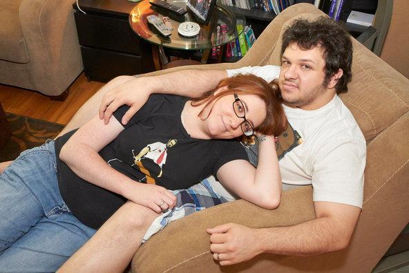 """Onde eles se conheceram: Craigslist. Em 2008, Nikki estava solteira, enquanto a maioria de seus amigos estava namorando ou casada. Ela decidiu publicar um anúncio online. Entre as muitas respostas, recebeu a de Antonio. """"Eu o rejeitei de primeira"""", disse Andrea. """"No dia seguinte, me senti mal por isso, o liguei de volta, e ficamos no telefone por duas horas"""". Os dois se casaram em março de 2012"""