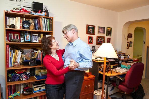 Onde eles se conheceram: JDate. Rae, 59, e Gary, 60, conheceram-se em 2003. Eles se casaram no ano seguinte. Mas sua união quase não aconteceu. Gary estava filtrando o site para mulheres com menos de 1,55 m, e Rae é só um pouco menor. Ela brinca que a foto de Gary não era atraente