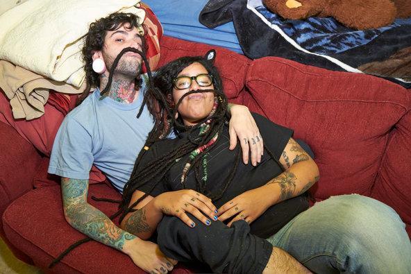 """Onde eles se conheceram: Tattoodatingsite.com. Tiago e Mariela se conheceram online graças a seu amor compartilhado por tatuagens. """"Eu queria conhecer pessoas e onde eu moro não há muitas pessoas com tatuagens"""", disse Tiago. Após duas semanas de namoro, eles foram morar juntos. Após quatro meses, ficaram noivos. Agora, eles possuem tatuagens iguais"""