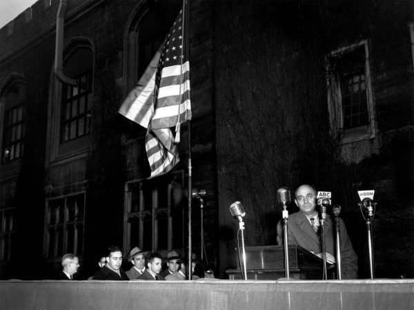 Enrico Fermi na dedicação da placa em Alonzo Stagg, da Universidade de Chicago