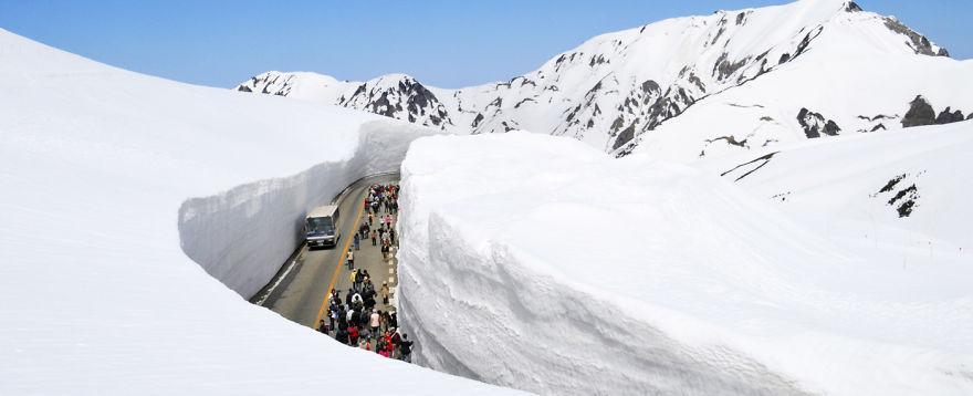 65-foot-snow-corridor-in-tateyama-kurobe-alpine-route-japan-1__880