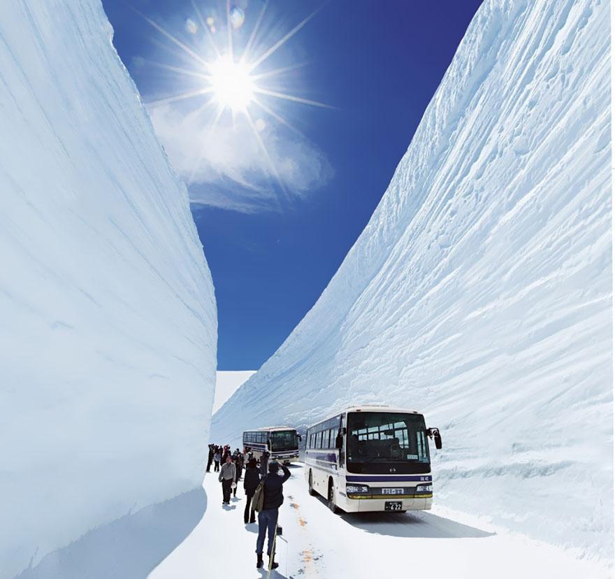 65-foot-snow-corridor-in-tateyama-kurobe-alpine-route-japan-2__880
