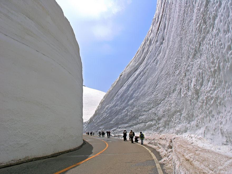 65-foot-snow-corridor-in-tateyama-kurobe-alpine-route-japan-4__880